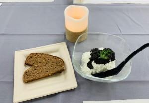 ライ麦パン2種類 キャビア入りディップ